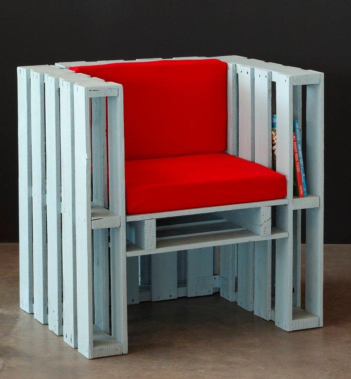 Les M&M Designers : fauteuil Charles-Édouard, palettes de bois et coussin de tissu. Pièce unique, prototype