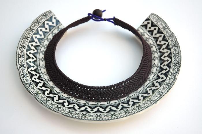 Julie Decubber : torque Fraise noire, bordure d'assiette en faïence fine du XIXème siècle, fil tressé, perles de rocaille et graines