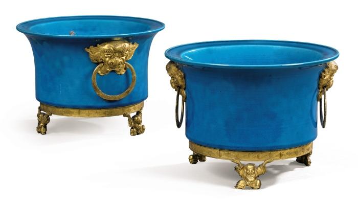 Paire de cache-pots en biscuit émaillé bleu turquoise de chine d'époque Kangxi (1661-1722) à monture de bronze doré attribuée à Ferdinand Duvinage, vers 1870